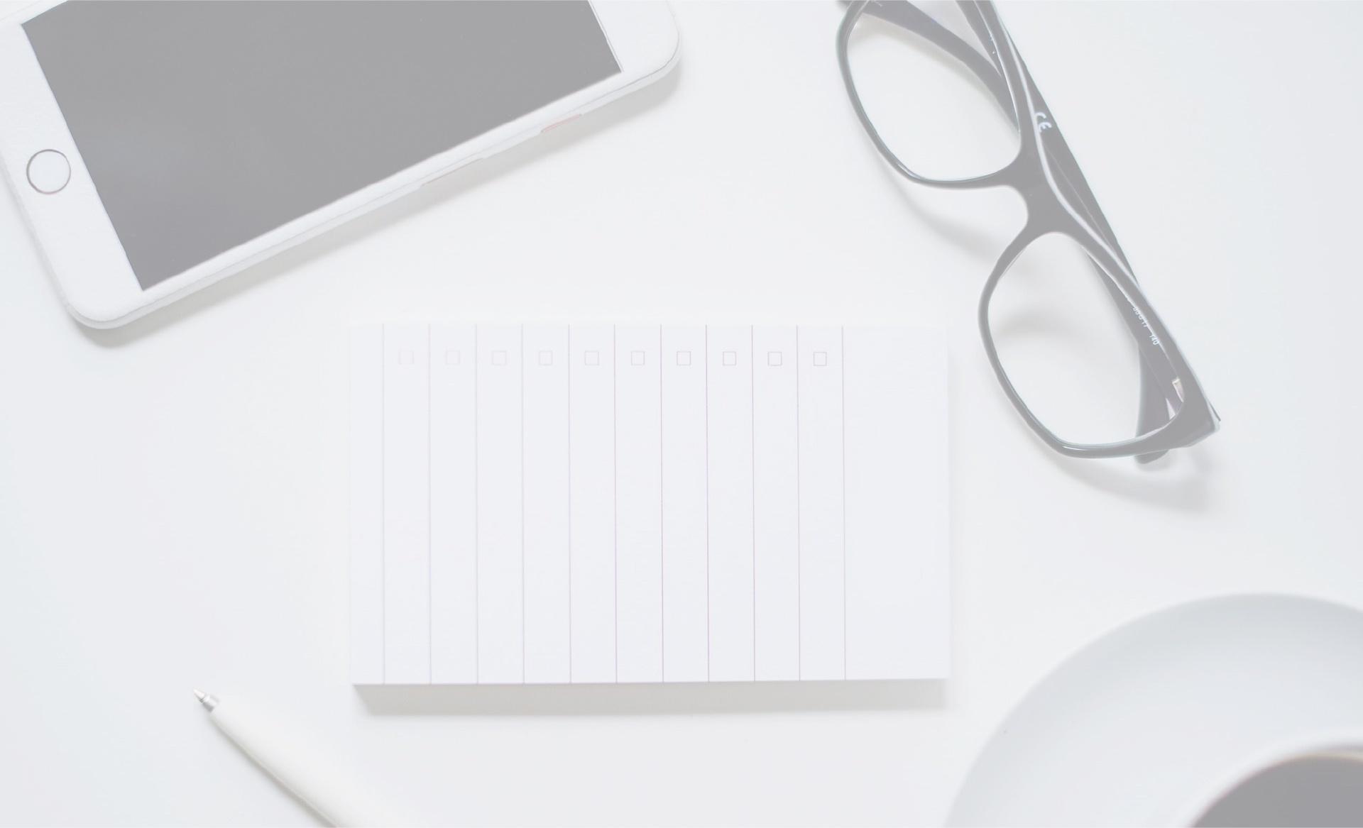 image d'illustration, lunette de vue, smartphone, stylo et carnet de note